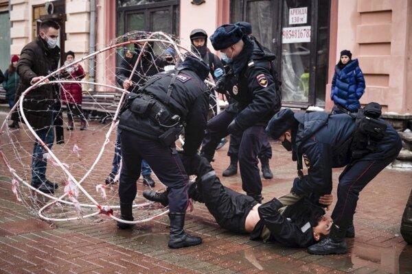 Zásah policajtov proti demonštrantovi v Moskve.