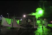 Demonštranti v Urku napokon podpálili mobilné testovacie centrum.