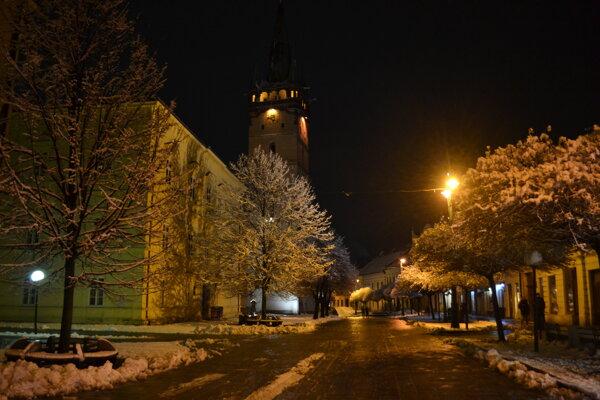 Vyľudnená Hlavná ulica.