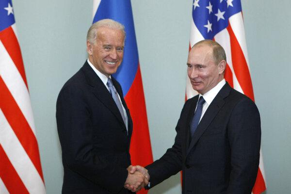 Joe Biden pri stretnutí s Vladimirom Putinom v roku 2011.