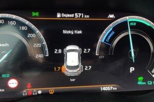 Systém kontroly tlaku v pneumatikách upozorňuje, že s ľavou zadnou pneumatikou nie je niečo v poriadku a stráca tlak. Varovanie vždy sprevádza oranžový piktogram mäkkej gumy s výkričníkom.