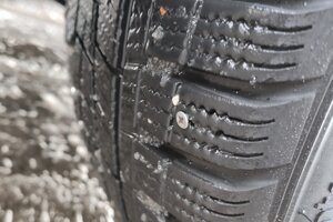 Náhly pokles tlaku spôsobila zapichnutá skrutka v pneumatike. Auto odstavte na bezpečnom mieste. V odstavnom pruhu na diaľnici a rýchlostnej ceste sa nepokúšajte opravovať defekt a zavolajte Diaľničnú patrolu na čísle 0800 100 007.