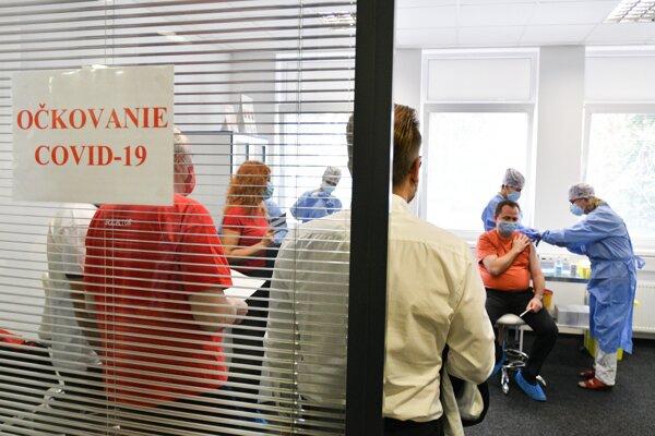 Pohľad do miestnosti vo Fakultnej nemocnici v Trnave, v ktorej sa podáva vakcína na prevenciu ochorenia COVID-19.