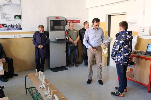 Školu už niekoľko rokov úspešne vedie riaditeľ Ondrej Holienčík (na snímke druhý zprava)
