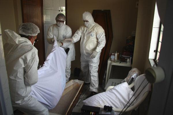 Odnášanie obete pandémie z nemocničnej izby v brazílskom Manause.