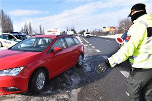Polícia zastavovala autá aj za Košickou Novou Vsou.