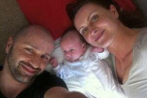 Šťastný ocino Robo Opatovský s dcérkou Hankou a manželkou Katkou.