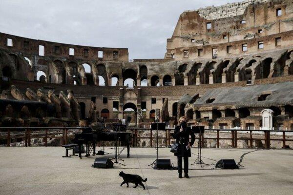 Antická pamiatka Koloseum v Ríme 1. februára.