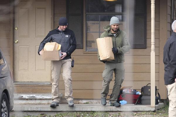 Vyšetrovatelia na mieste streľby.
