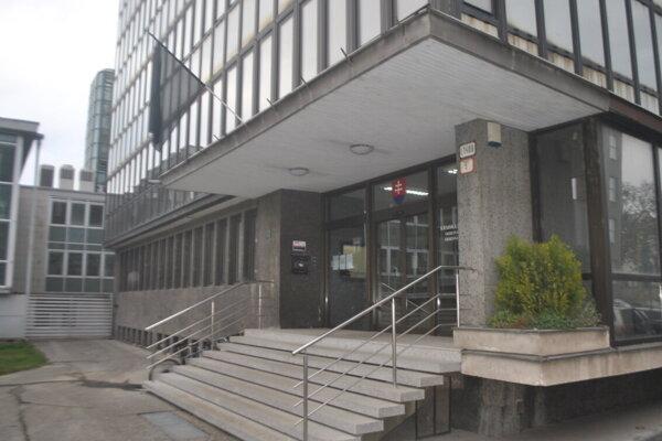 Na budove košickej prokuratúry veje čierna zástava.