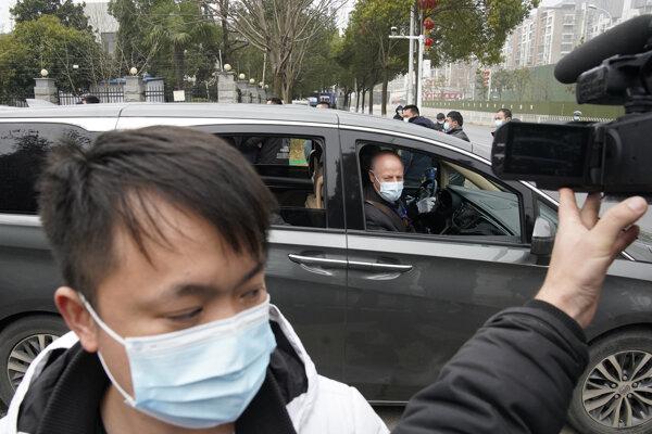 Britský zoológ a odborník na ekológiu chorôb Peter Daszak pri odchode z virologického ústavu v meste Wu-chan.