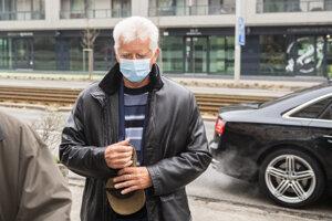 Obvinený Jozef Brhel prichádza vypovedať na Prezídium policajného zboru v Bratislave 2. februára 2021.