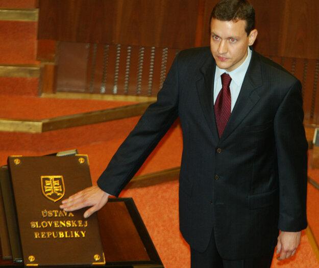 Skladanie poslaneckého sľubu v roku 2002.