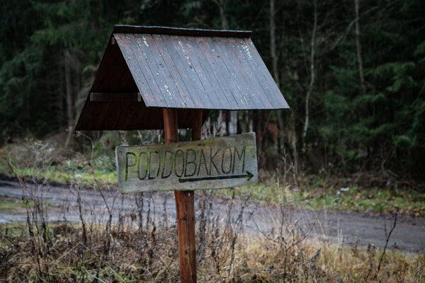 Chatová osada Pod Dobákom sa nachádza v katastri troch obcí, Svätého Kríža, Laziska a Dúbravy.