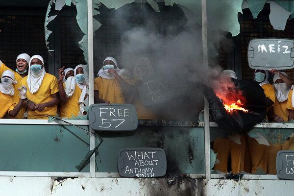 Trestanci rozbili okná, založili požiare a vyhadzovali von rôzne predmety.
