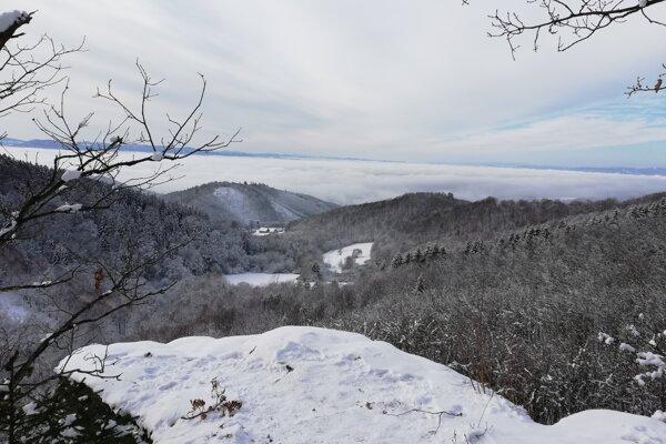 Výhľad zo zasneženej Boriakovej skaly na Kaľamárke.