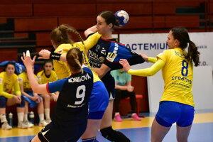 V modrých dresoch hráčky Šale Natália Némethová a Barbora Königová.