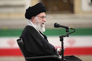 Ayatollah Ali Khamenei počas stretnutia s armádou v Teheráne