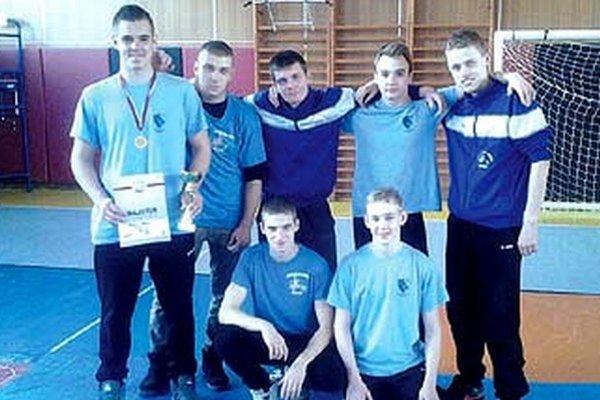 Družstvo kadetov AC Nitra na M-SR v Snine - zľava hore Patrik Pekár, Marek Gajdošík, Peter Holý, Patrik Mihálik, Radovan Leskovský, dolu Enriko Valanec, Samuel Mikuš.