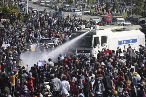 Zásah polície proti demonštrantom v Mjanmarsku.