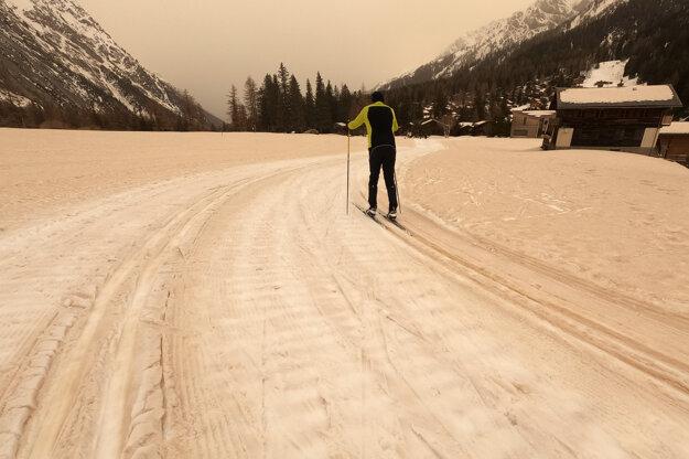 Pohľad na bežkársku stopu pokrytú pieskom  v La Fouly vo švajčiarskom Val Ferret.