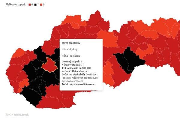 Topoľčany sú v bordovej farbe, všetky ostatné okresy v okolí sú však už čierne.