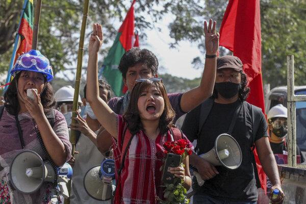 Demonštranti v mjanmarskom meste Rangún.
