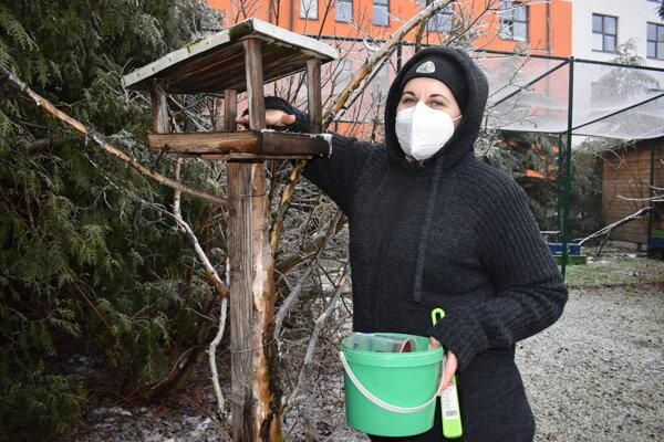 Environmentalistka Anna Macková sa o prísun potravy pre operence príkladne stará.