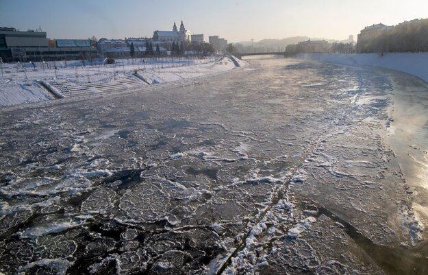 Zamrznutá rieka Neris vo Vilniuse.