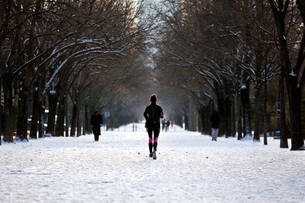 Bežkyňa v zasneženom Paríži.