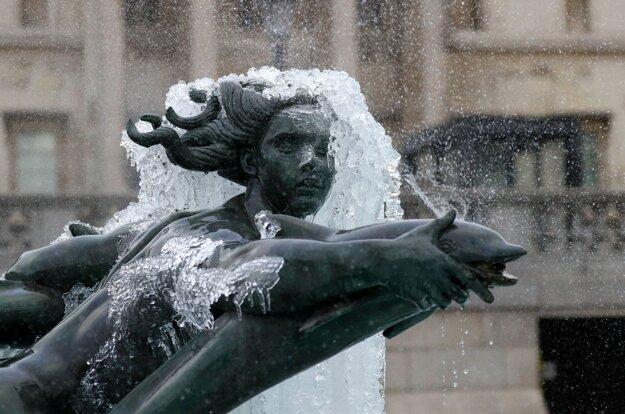 Socha pokrytá ľadom na Trafalgarskom námestí v Londýne.