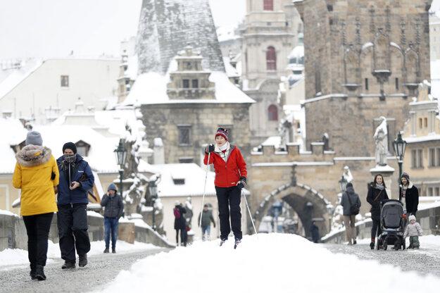Bežkári na Karlovom moste v Prahe.