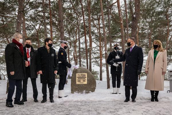 Prezidenti Miloš Zeman, János Áder, Andrzej Duda a prezidentka Zuzana Čaputová pri pamätníku 30. výročia vzniku Vyšehradskej skupiny v Poľsku.