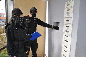 Polícia kontroluje dodržiavanie eidemických opatrení.