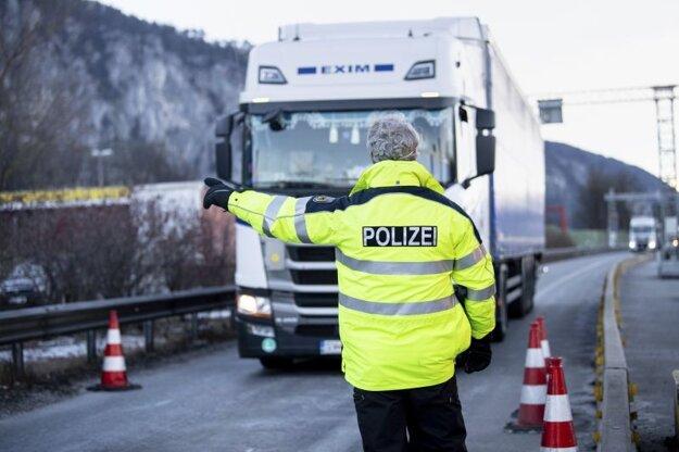 Kontrola na hraničnom prechode Kiefersfelden na rakúsko-nemeckých hraniciach.