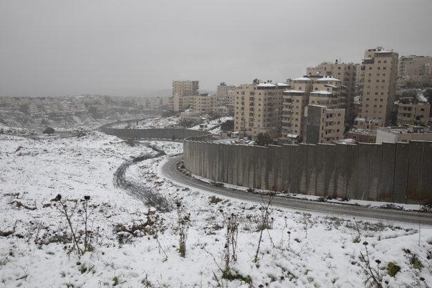 Zasnežená cesty pri izraelskom deliacom múre na Západnom brehu.