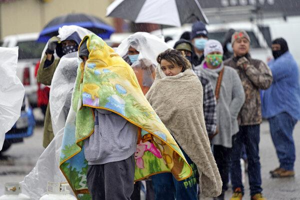 Ľudia v Texase čakajú v rade na propánové bomby.
