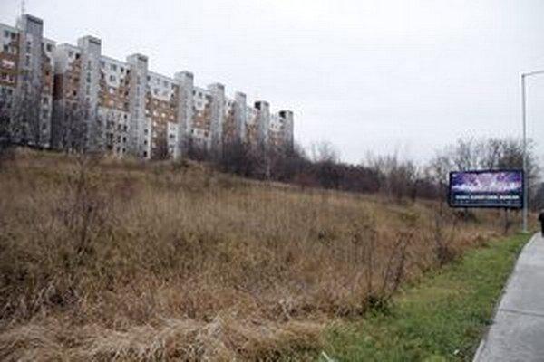Stavebný pozemok na Dieloch, pod domom na Viničkách. Jeho obyvatelia s výstavbou nesúhlasia.