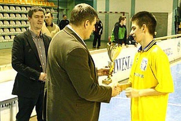 Vlani sa z triumfu tešili Močenčania. Blahoželali im viceprimátor Štefan Štefek a šéf firmy PP Invest Pavol Šlosár (vľavo).