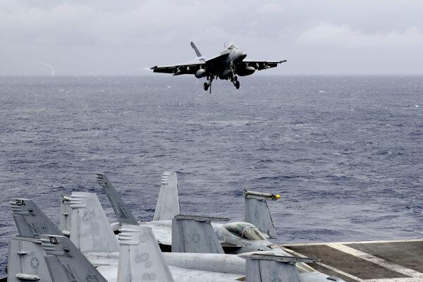 Bojové lietadlo  F/A-18 Super Hornet amerických námorných síl pristáva na palube lietadlovej lode USS Ronald Reagan počas rutinnej hliadkovacej plavby v Juhočínskom mori 6. augusta 2019.