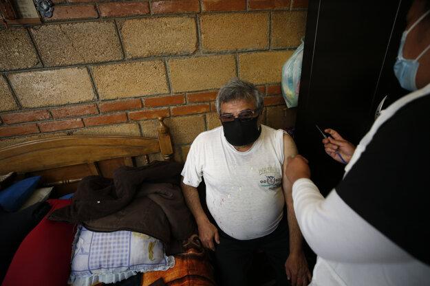 Mexiko v súčasnosti očkuje vakcínami od firiem Pfizer a AstraZeneca. Z nich sa doteraz v krajine aplikovalo takmer 1,6-milióna dávok.
