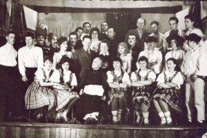 """V 60-tych rokoch hybskí divadelní ochotníci ďalej rozvíjali divadelné tradície v obci. V roku 1963, pod režisérskym vedením pani učiteľky Ruženy Jariabekovej, naštudovali  Palárikovo """"Dobrodružstvo pri obžinkoch"""", ktoré sa stretlo s veľkým úspechom nielen u domáceho publika."""