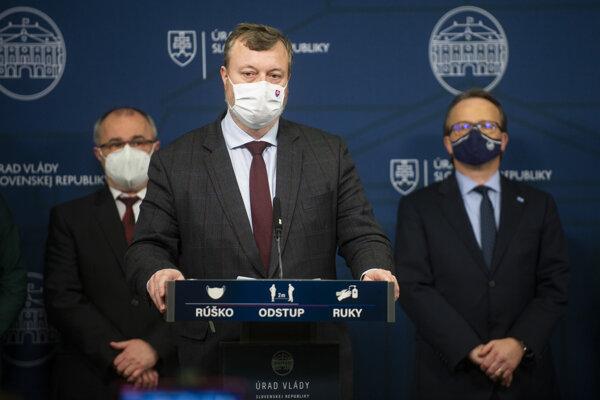 Minister práce, sociálnych vecí a rodiny SR Milan Krajniak (Sme rodina) počas tlačovej konferencie po skončení zasadnutia Hospodárskej a sociálnej rady.