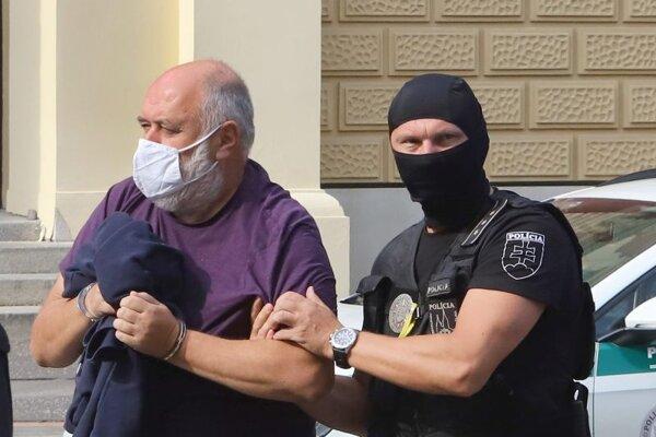 Eskorta privádza bývalého krajského sudcu Pavla P. na Špecializovaný trestný súd v Banskej Bystrici 16. septembra 2020.