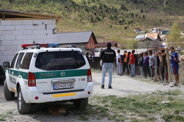 Policajný zásah v richnavskej osade po vražde Patrikovej mamy. Vrahom bol Patrikov otec, dostal 20 rokov väzenia.