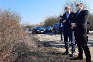 Šéf rezortu hospodárstva Richar Sulík (vľavo) s konateľom štátnej firmy MH Invest Borisom Kačánim.