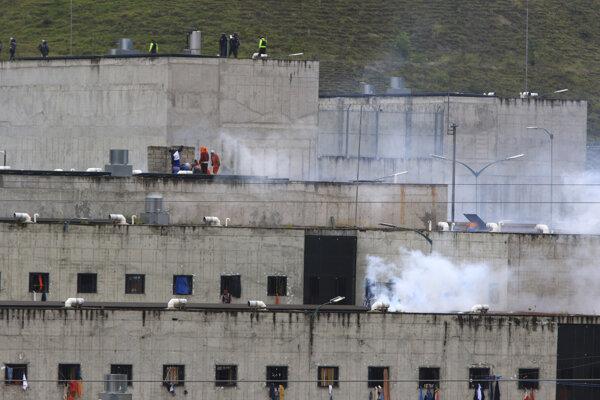 Dym stúpa z väznice Turi v ekvádorskom meste Cuenca, v ktorej včera zahynulo 33 väzňnov.