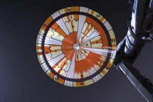 Dekóder správy v binárnom kóde. Každý kruh na padáku zodpovedá jednému slovu. Vonkajší okraj ukrýva súradnice pracoviska JPL, ktoré manažuje rover Perseverance.