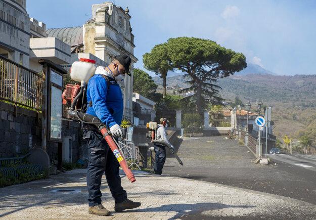 Muž čistí ulicu od popola v meste Fleri 19. februára.