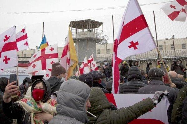 Demonštranti s gruzínskymi vlajkami pred väzením v meste Rustavi.